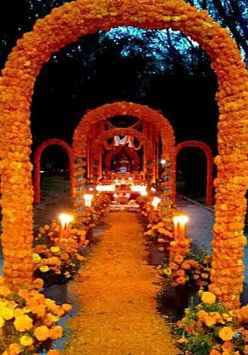 Día de Muertos - Puerta de arco de caña, palma y flores
